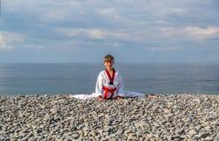 La formation de garçon sur la plage : Le Taekwondo, sports Photographie stock