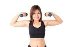 La formation de levage de poids d'haltère de femme à établir deviennent forte et enlèvent la graisse Photos libres de droits