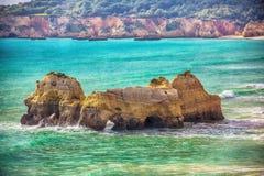 La formation de roche célèbre dans l'océan sur le Praia font Vao, Portimao Photos stock