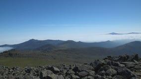 La formation des nuages dans les montagnes des Monts Oural du nord banque de vidéos