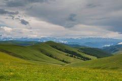 La formation des nuages de tempête au-dessus des montagnes Photos stock