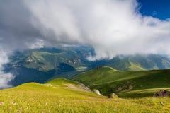 La formation des nuages de tempête au-dessus des montagnes Image libre de droits