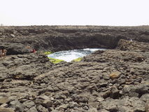 La formation et le lac de roche volcanique dans l'ilha font le sel, ilha de Na de lago du vulcânica e du Cap Vert/formação fon Images libres de droits