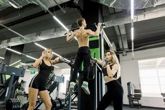 La formation sportive d'homme de puissance belle pompant les muscles du dos tirent vers le haut dans le gymnase Trains forts de b photo libre de droits