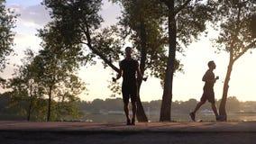 La formation sportive sautante d'homme à l'élaboration est corps sain de forme physique clips vidéos