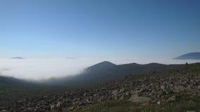La formazione di nuvole nelle montagne dei Urals del Nord stock footage