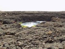 La formazione rocciosa ed il lago vulcanica in ilha fanno il sal, ilha del Na di lago di vulcânica e formação/di Capo Verde fa Immagini Stock Libere da Diritti