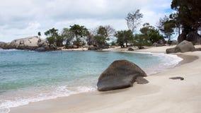 La formazione rocciosa naturale su turchese blu ha colorato la spiaggia e la spiaggia di sabbia bianca con le piante e gli alberi Immagini Stock