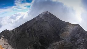 La forme de cône classique du volcan d'Arenal dans la côte