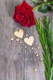 La forme de coeur avec la rose verte de feuillage et de rouge fleurissent Photo libre de droits