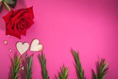 La forme de coeur avec la rose verte de feuillage et de rouge fleurissent Photos libres de droits