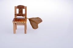 La forme de coeur a coupé la feuille sèche mise sur une petite chaise modèle comme autum Photos libres de droits