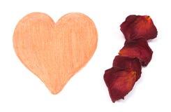 La forme de coeur et les pétales secs de ont monté sur le fond blanc Image libre de droits