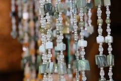La forme de perle, arrondi et carrée avec perforé pour fileter comme collier photos stock