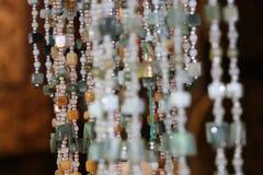 La forme de perle, arrondi et carr?e avec perfor? pour fileter comme collier ou chapelet images libres de droits