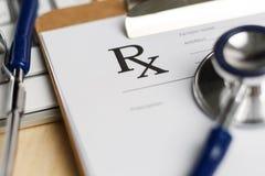 La forme de prescription a coupé pour capitonner le mensonge sur la table avec le clavier Photographie stock libre de droits