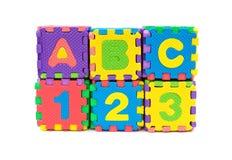La forme de puzzle d'alphabet en tant que blocs empilent sur le blanc Images libres de droits