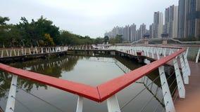 La forme des balustrades le long du lac photos stock