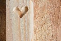 La forme du coeur a découpé sur la pierre à aiguiser en bois Images libres de droits