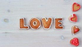 La forme et le mot AIMENT de coeur les biscuits faits maison de valentine Photo libre de droits
