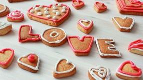 La forme et le mot AIMENT de coeur les biscuits faits maison de valentine Photographie stock