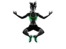 La forme physique de femme sautant le zen serein exerce la silhouette image stock