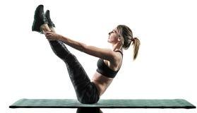 La forme physique de pilates de femme exerce la silhouette d'isolement images stock