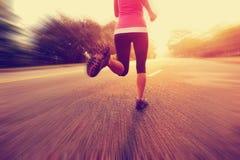 La forme physique saine de mode de vie folâtre les jambes courantes de femme Photographie stock libre de droits