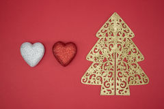 La forme rouge de coeur d'arbre de Noël d'amour décorent l'hiver Photographie stock