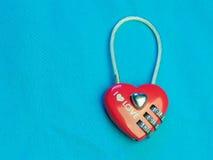 la forme rouge de coeur de la serrure principale avec le chiffrage numérote photographie stock