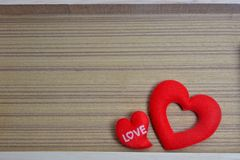 La forme rouge de coeur sur le fond en bois, amour de Saint-Valentin entendent Photo stock