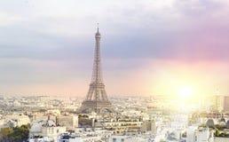 La forme Triumph de vue de ville de Tour Eiffel et de Paris de coucher du soleil courbent Tour Eiffel de Champ de Mars, Paris, Fr photo libre de droits