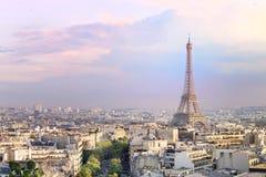 La forme Triumph de vue de ville de Tour Eiffel et de Paris de coucher du soleil courbent Tour Eiffel de Champ de Mars, Paris, Fr images libres de droits
