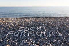 La formule 1 de Sotchi de signe a fait à partir des cailloux blancs sur Pebble Beach Images libres de droits