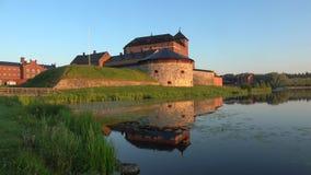 La fortaleza antigua de Hameenlinna con una reflexión de la mañana de principios de julio finlandia metrajes
