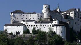 La fortaleza de Hohensalzburg en la colina de Festungsberg en Salzburg almacen de metraje de vídeo