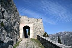 La fortaleza de Klis es uno de los ejemplos más completos de la arquitectura del fortalecimiento en Croacia Foto de archivo