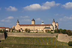 La fortaleza de Marienberg sube sobre viñedos Imagen de archivo libre de regalías