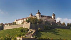 La fortaleza de Marienberg sube sobre viñedos Imagenes de archivo