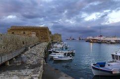 La fortaleza Koules Castello una yegua en el puerto veneciano viejo en la ciudad de Heraklion fotos de archivo