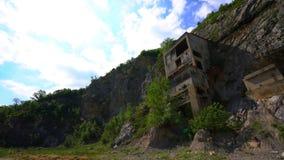 La fortaleza medieval vieja Golubac el otro lado abandonó bulding de la mina vieja, Serbia metrajes