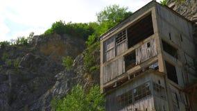 La fortaleza medieval vieja Golubac el otro lado abandonó bulding de la mina vieja, Serbia almacen de video