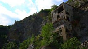 La fortaleza medieval vieja Golubac el otro lado abandonó bulding de la mina vieja, Serbia almacen de metraje de vídeo