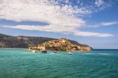 La fortaleza veneciana de Spinalonga arruina paisaje del mar de la colonia del leproso Foto de archivo