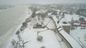 La fortaleza vieja de Ladoga, vídeo aéreo del día de febrero Staraya Ladoga, Rusia metrajes