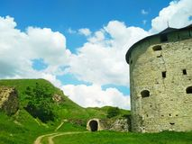 La fortaleza vieja y el camino a los bancos, Kamenets-Podolsky, Ucrania fotos de archivo