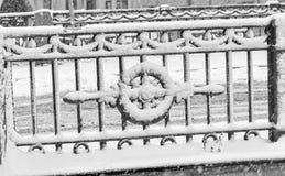 La forte bufera di neve in San Pietroburgo Il recinto del ponte di Kokushkin Immagini Stock Libere da Diritti