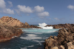 La forte corrente dell'acqua che precipita attraverso le rocce al canale oscilla Immagini Stock Libere da Diritti