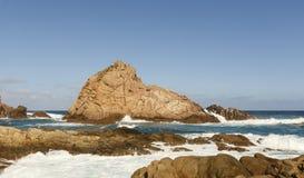 La forte corrente dell'acqua che precipita attraverso le rocce al canale oscilla Fotografia Stock Libera da Diritti