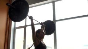 La forte donna atletica esegue pulito ed introduce la palestra al rallentatore video d archivio